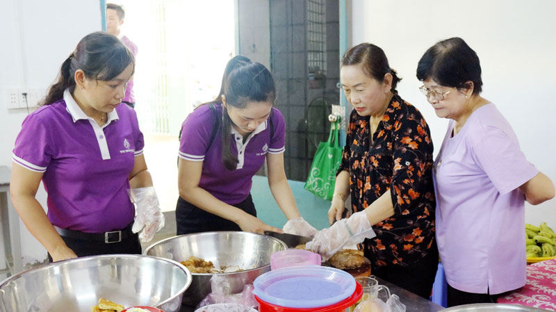 CBNV Công ty Cổ phần Du lịch Thành Thành Công đến sớm hỗ trợ chuẩn bị những phần cơm cho bà con lao động.