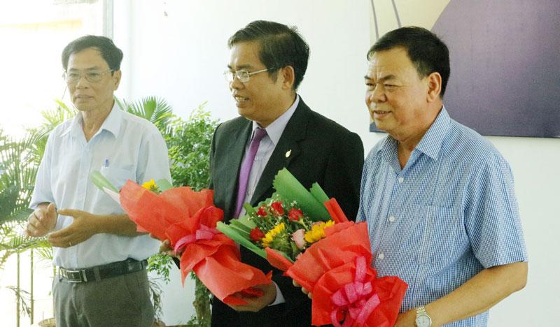 Đại diện quán cơm Nhân Thiện tặng hoa thay lời cảm ơn ông Võ Thành Hạo - Bí thư Tỉnh ủy và ông Lê Chí Linh - Giám đốc Khu vực Bến Tre, Công ty Cổ phần Du lịch Thành Thành Công.