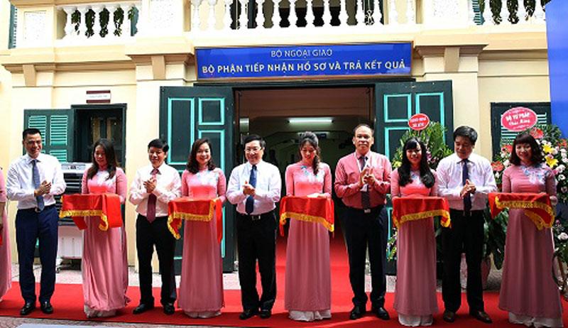 Phó Thủ tướng, Bộ trưởng Bộ Ngoại giao Phạm Bình Minh cắt băng khai trương bộ phận một cửa của Bộ Ngoại giao. Ảnh: VGP/Hải Minh