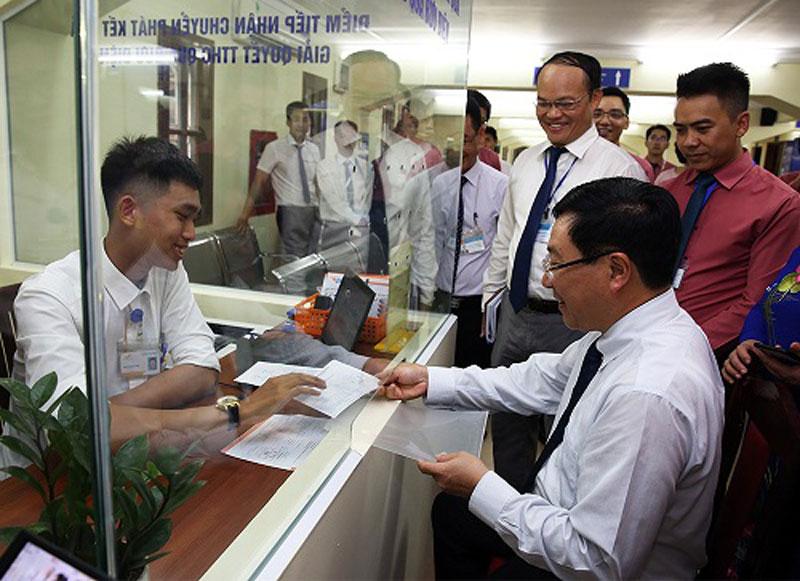 Phó Thủ tướng Phạm Bình Minh tìm hiểu quy trình, thời gian gửi hồ sơ và nhận kết quả qua đường bưu điện. Ảnh: VGP/Hải Minh