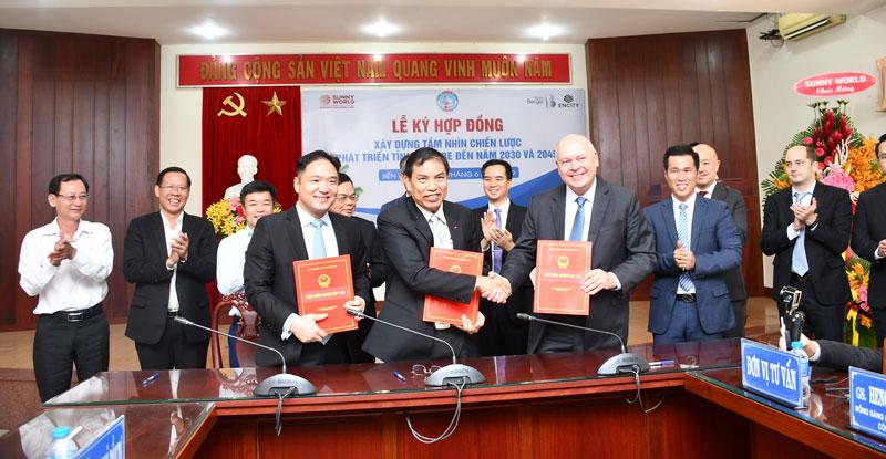 Ký kết hợp đồng giữa lãnh đạo tỉnh với đại diện lãnh đạo phía đối tác.