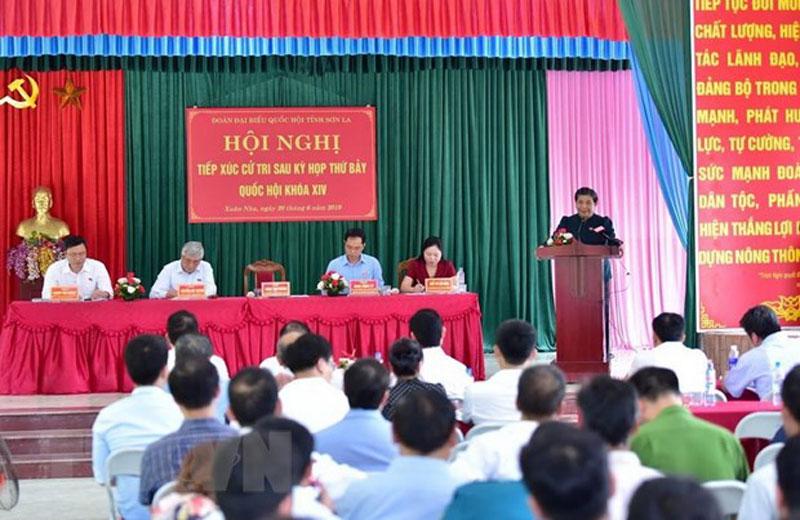 Phó Chủ tịch Thường trực Quốc hội Tòng Thị Phóng phát biểu tại buổi tiếp xúc cử tri tại xã Xuân Nha, huyện Vân Hồ, tỉnh Sơn La. (Ảnh: Nguyễn Cường/TTXVN)