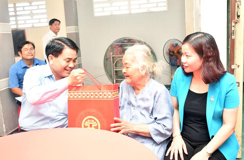 Đồng chí Nguyễn Đức Chung - Ủy viên Trung ương Đảng, Chủ tịch UBND TP. Hà Nội thăm và tặng quà gia đình chính sách tại Đa Phước Hội (Mỏ Cày Nam).