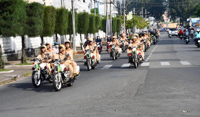 Lực lượng cảnh sát giao thông ra quân cao điểm tuần tra, kiểm soát trật tự an toàn giao thông.  Ảnh: H. Hiệp
