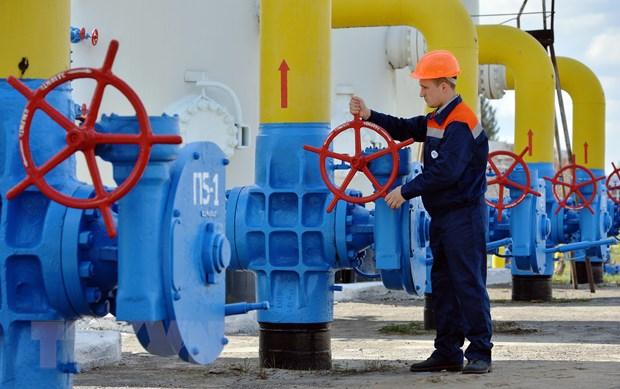 Công nhân vận hành hệ thống đường ống dẫn khí đốt tại thị trấn Boyarka, vùng Kiev. Nguồn: AFP/TTXVN