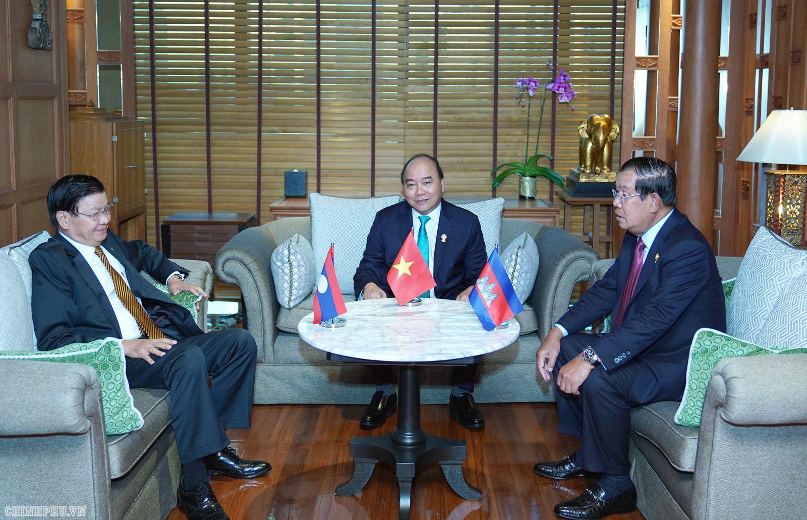Thủ tướng Chính phủ Nguyễn Xuân Phúc cùng Thủ tướng Lào Thongloun Sisoulith và Thủ tướng Campuchia Samdech Techo Hun Sen. - Ảnh: VGP/Quang Hiếu