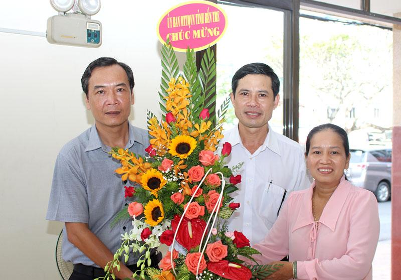 Đại diện Ủy ban MTTQ tỉnh tặng hoa chúc mừng Báo Đồng Khởi. Ảnh: Huỳnh Đức