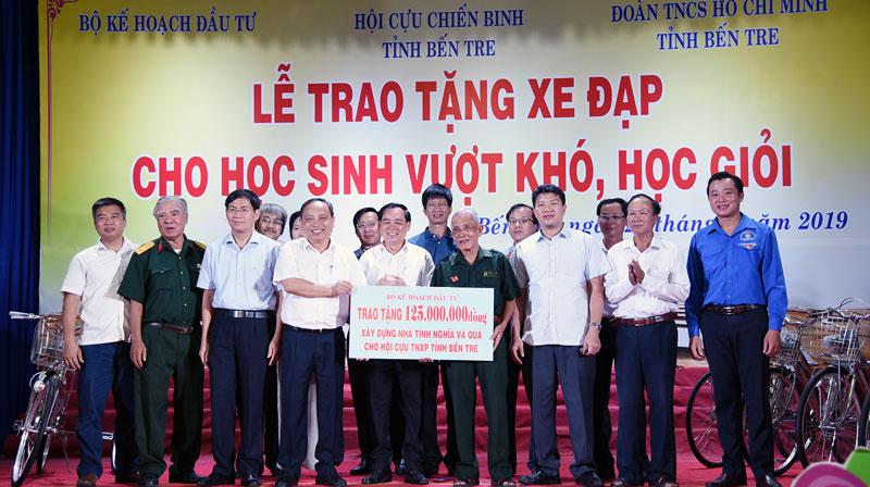 Đại biểu Bộ Kế hoạch và Đầu tư trao bảng tượng trưng kinh phí xây nhà tình nghĩa và quà tặng cho Hội Cựu Thanh niên xung phong tỉnh.