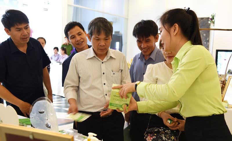 Đại biểu tham quan gian hàng trưng bày sản phẩm OCOP của Bến Tre.