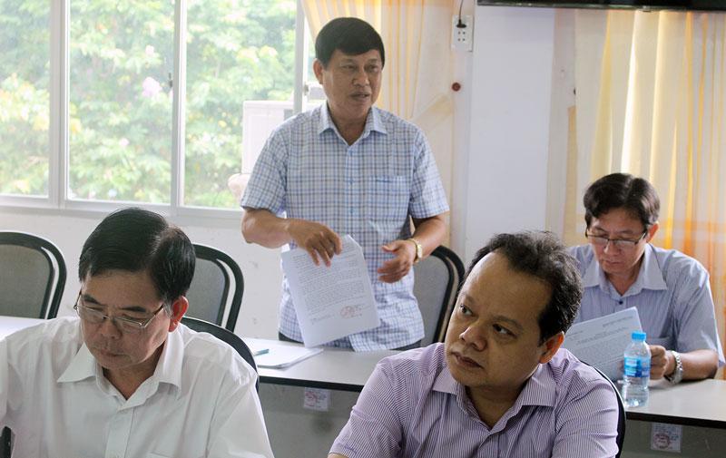 Bí thư huyện ủy Giồng Trôm Võ Văn Phê thảo luận tại tổ. Ảnh: T. Lập