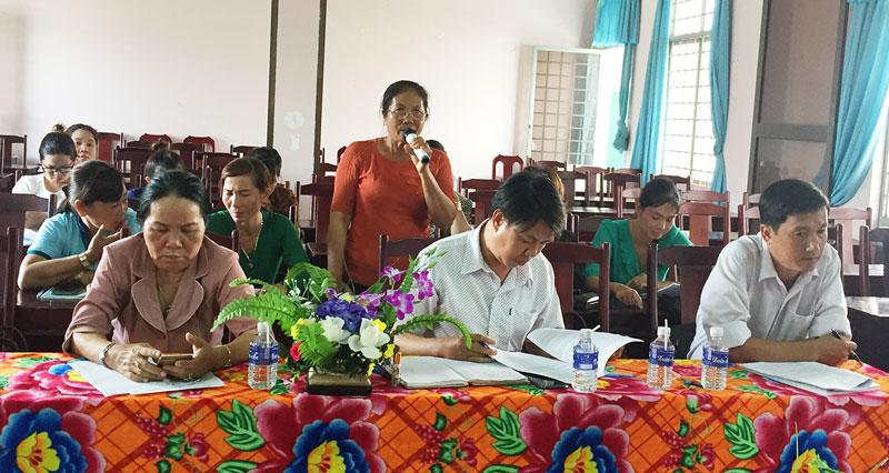 Đại diện chi hội phụ nữ cơ sở tham gia đóng góp ý kiến.