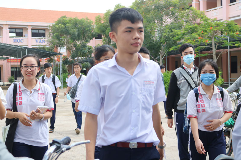 Thí sinh tại điểm thi Trường THPT Lê Anh Xuân kết thúc bài thi môn toán