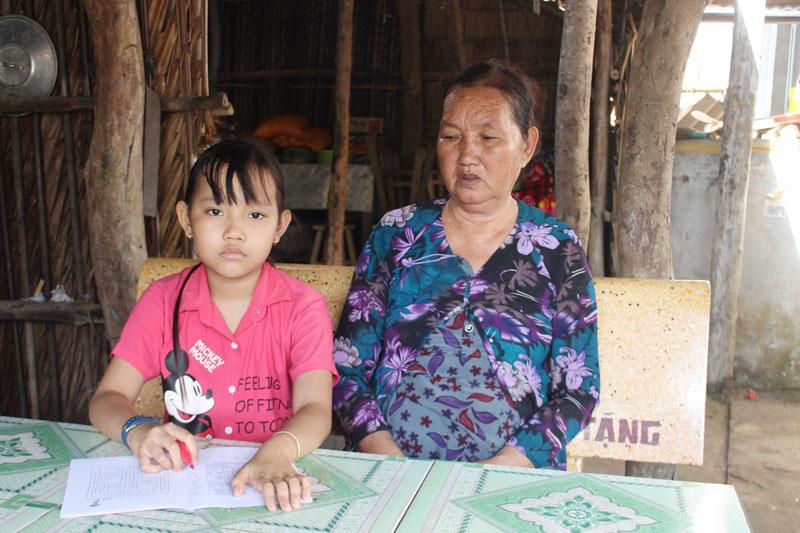 Cháu Lưu Huỳnh Kim Thoại với bà ngoại