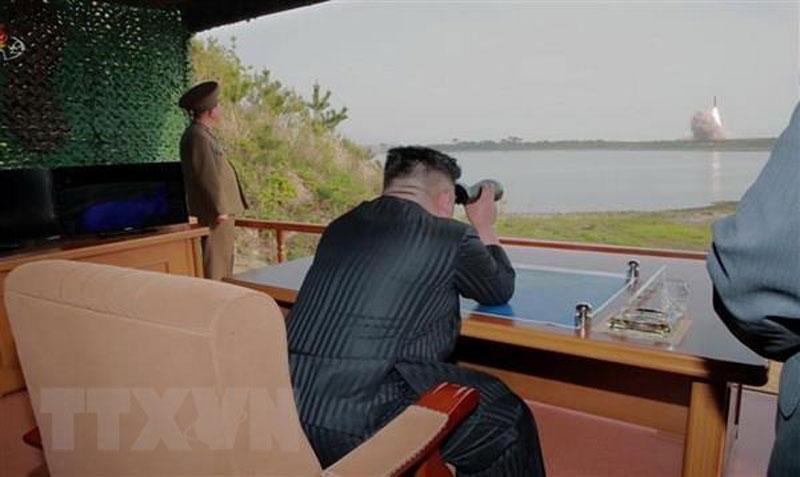 Nhà lãnh đạo Triều Tiên Kim Jong-un giám sát vụ thử tên lửa tại khu vực phía đông Triều Tiên ngày 4-5. (Nguồn: YONHAP/TTXVN)