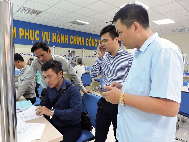 Đoàn kiểm tra việc niêm yết TTHC tại Trung tâm phục vụ hành chính công.