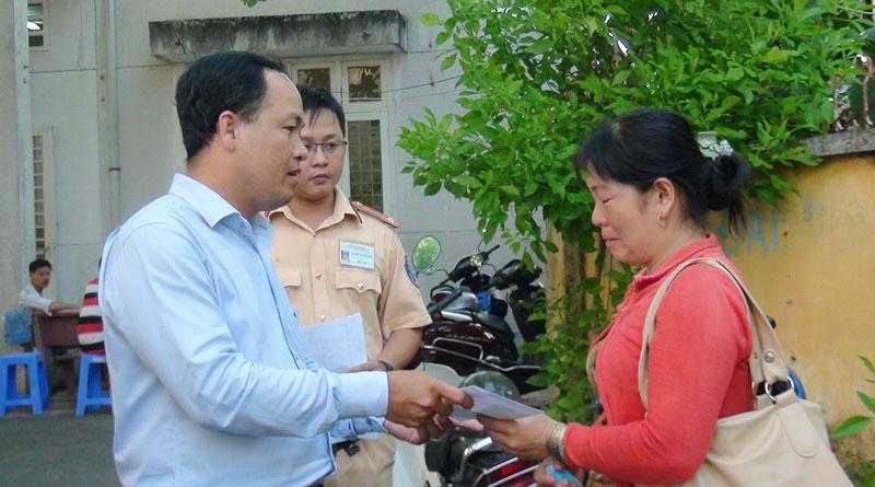 Phó trưởng Phòng Quản lý đô thị TP. Bến Tre Hồ Phước Hưng đại diện trao tiền cho gia đình nạn nhân. Ảnh: Huỳnh Hoa