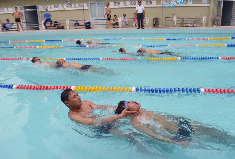 Các vận động viên đang thi ở nội dung Bơi dìu nạn nhân vào bờ.