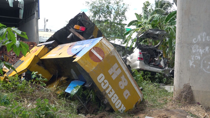 Hiện trường vụ tai nạn giữa xe cẩu và xe ô tô. Ảnh: Tiểu Bảo