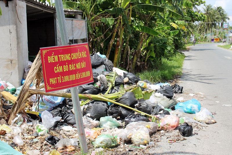 Trạm trung chuyển rác tại ấp Tiên Đông Thượng ngập tràn rác ra cả lòng đường.