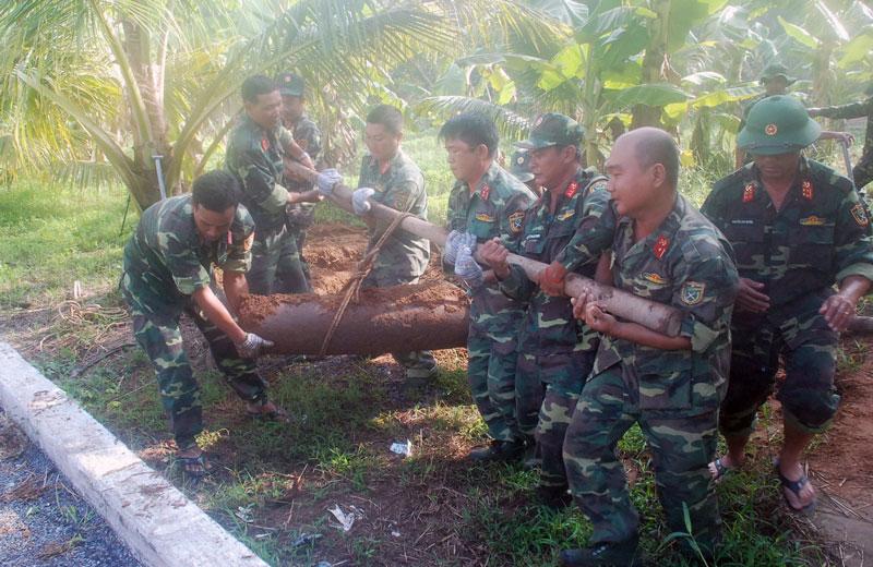 Lực lượng Công binh tiến hành xử lý đưa bom về nơi an toàn theo quy định. Ảnh: Đặng Thạch