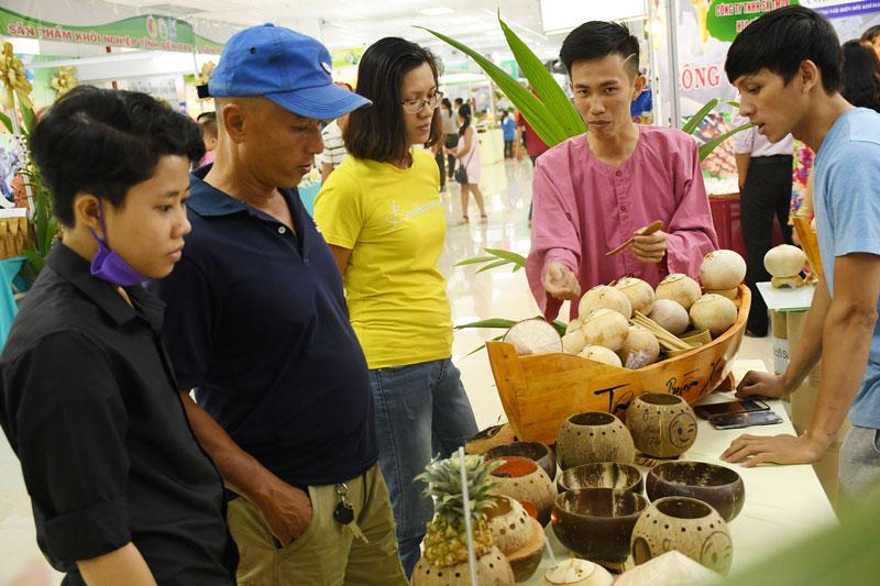"""Giới thiệu sản phẩm dừa tại """"Ngày hội Tam nông"""" tỉnh 2019. Ảnh: H.Hiệp"""