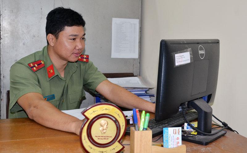 Thượng úy Nguyễn Hoàng Năm trong giờ làm việc.