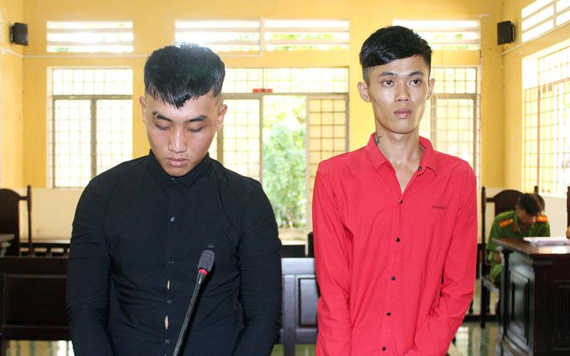 Bị cáo Trần Đơn Dương (bên phải) và bị cáo Vương Thanh Huy tại phiên tòa hình sự sơ thẩm ngày 10-7-2019.