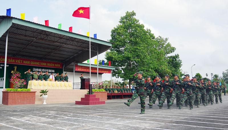 Các cơ quan, đơn vị duyệt đội ngũ trong lễ ra quân huấn luyện năm 2019.  Ảnh: Đặng Thạch