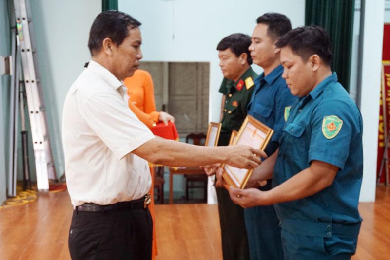 Ông Cao Văn Trọng trao bằng khen của UBND tỉnh cho các tập thể, cá nhân xuất sắc.
