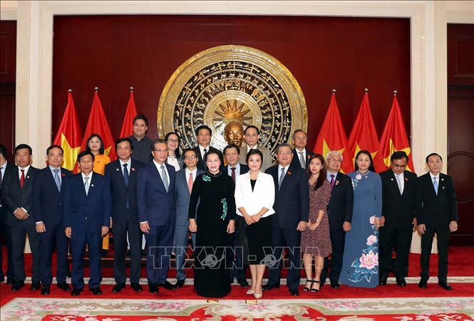 Chủ tịch Quốc hội Nguyễn Thị Kim Ngân với cán bộ, nhân viên và bà con kiều bào tại Trung Quốc. Ảnh: Trọng Đức/TTXVN