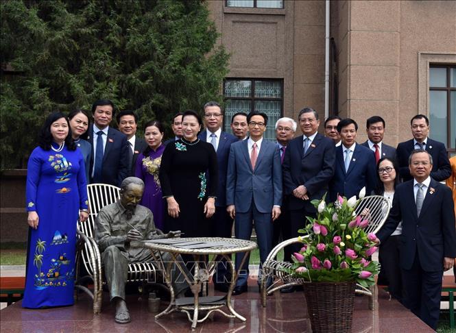 Chủ tịch Quốc hội Nguyễn Thị Kim Ngân với cán bộ, nhân viên Đại sứ quán, bà con Việt kiều đang làm ăn, sinh sống và học tập tại Trung Quốc. Ảnh: Trọng Đức/TTXVN