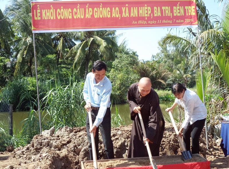 Đại biểu thực hiện nghi thức khởi công cầu bê-tông ấp Giồng Ao.