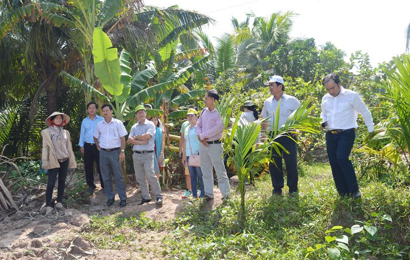Đoàn đến khảo sát một địa điểm chuẩn bị xây dựng cơ sở làm du lịch tại xã Hưng Phong.