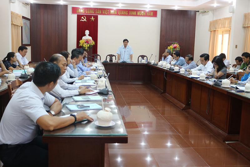 Phó chủ tịch UBND tỉnh Nguyễn Hữu Lập chủ trì buổi họp.