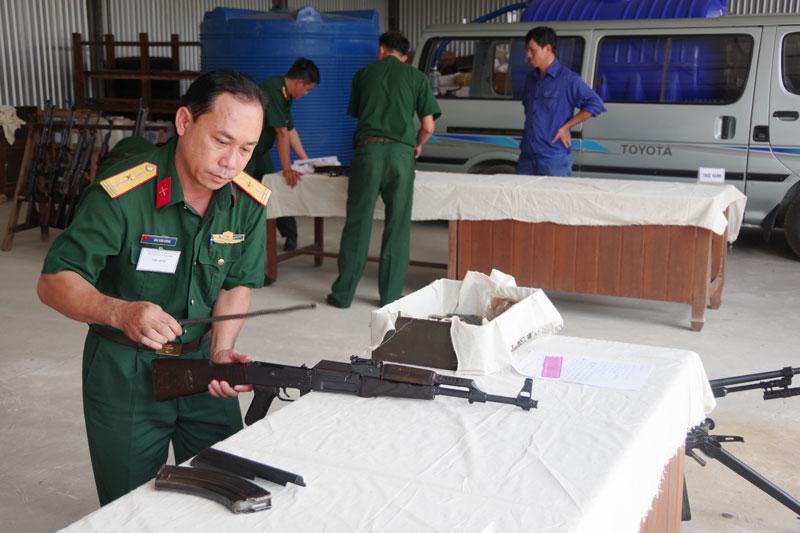 Cán bộ trợ lý quân khí thực hành nội dung thi tháo lắp súng