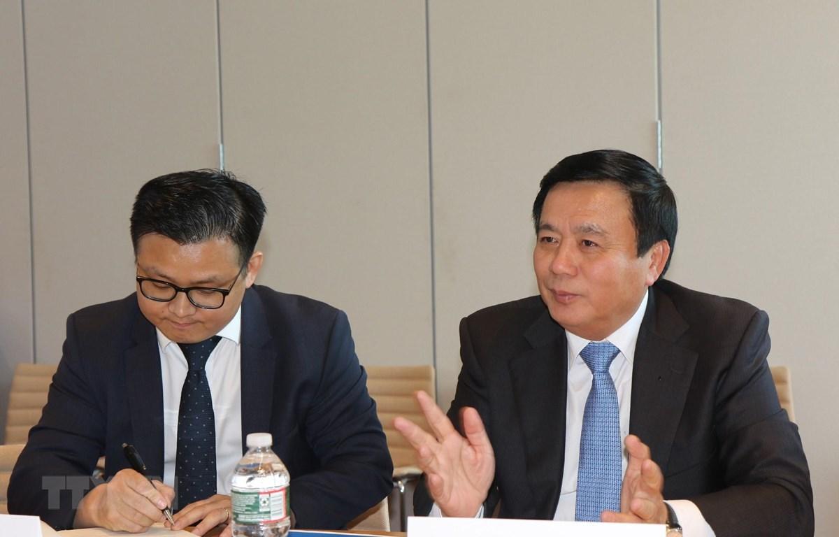 Ông Nguyễn Xuân Thắng (phải) trao đổi với các lãnh đạo, học giả của Đại học Havard. Ảnh: Hoài Thành/TTXVN