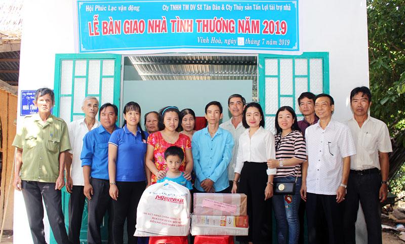 Đại diện đơn vị tài trợ, chính quyền địa phương chụp ảnh lưu niệm với gia đình anh Trần Thanh Rô.