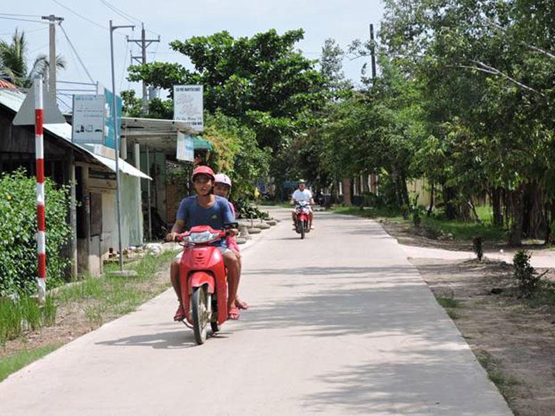 Các tuyến đường chính vào trung tâm xã Tân Trung được nhựa hóa hoặc bê-tông hóa thông thoáng.