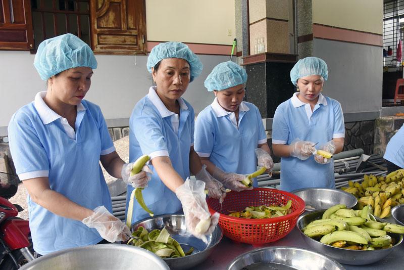 Cơ sở chuối sấy Trường Ân góp phần giải quyết lao động và tiêu thụ chuối tại địa phương.