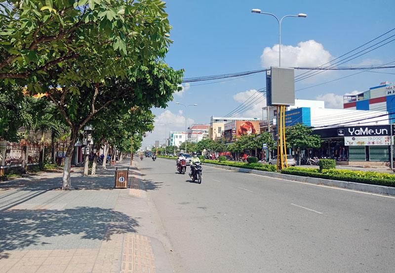 Đại lộ Đồng Khởi thông thoáng, xanh - sạch - đẹp.