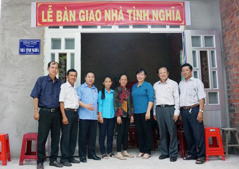 Bàn giao nhà tình nghĩa cho bà Lê Thị Yến (thứ năm, từ trái sang).