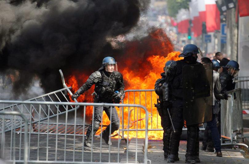 Cảnh sát Pháp trong cuộc đụng độ với người biểu tình trên đại lộ Champs-Élysées. Ảnh:Reuters