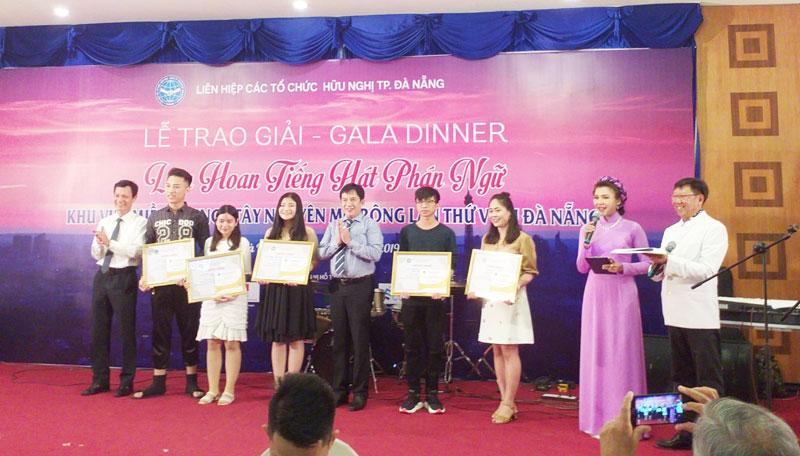 Nguyễn Ngọc Huy (thứ tư, từ phải sang) đạt giải Nhì tại cuộc thi.