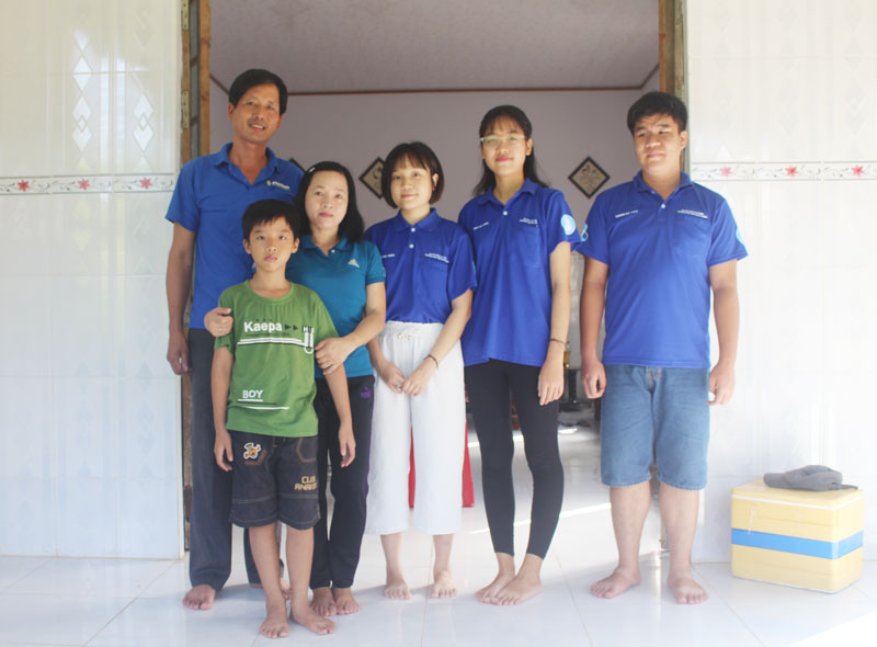 Vợ chồng anh Đến - chị Thúy Bắc, con trai út và các chiến sĩ Trường Đại học Bách Khoa.