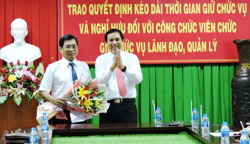 Chủ tịch UBND tỉnh Cao Văn Trọng trao quyết định nghỉ hưu cho ông Nguyễn Minh Lập.