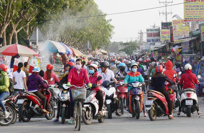 Khu công nghiệp thường xuyên xảy ra ùn tắc giao thông trong giờ tan ca. Ảnh: T. Huyền