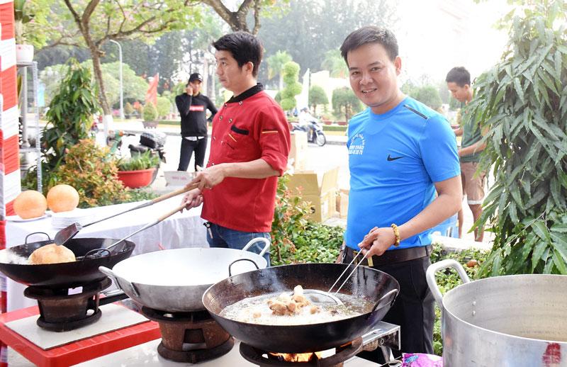 Anh Hồ Thành Sơn tham gia phục vụ ẩm thực tại phiên chợ khởi nghiệp lần 2 của tỉnh.