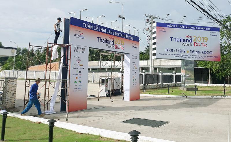 Trang trí khu vực cổng nơi diễn ra Tuần lễ Thái Lan 2019.