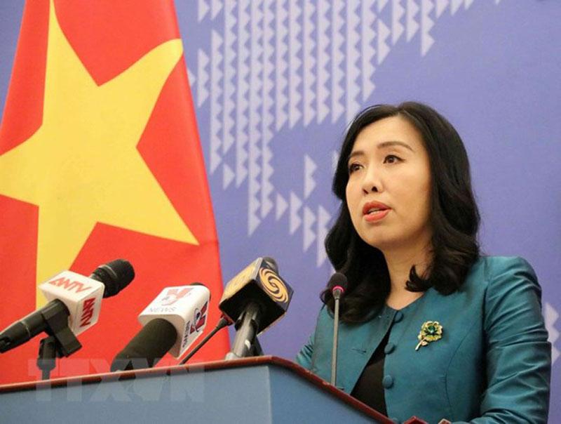 Người Phát ngôn Bộ Ngoại giao Lê Thị Thu Hằng chủ trì họp báo. (Ảnh: Văn Điệp/TTXVN)