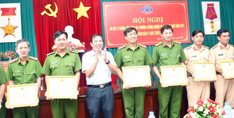 Chủ tịch UBND tỉnh Cao Văn Trọng trào Giấy khen cho các tập thể tiêu biểu góp phần kéo giảm tai nạn giao thông 6 tháng đầu năm 2019.